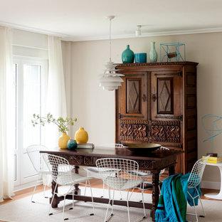 Imagen de comedor costero con paredes beige, suelo de madera en tonos medios y suelo marrón