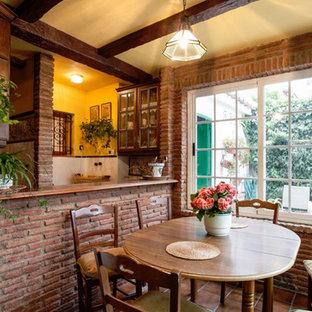 Foto de comedor de cocina rústico, de tamaño medio, con paredes beige, suelo de baldosas de cerámica y suelo marrón