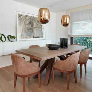 Ejemplo de comedor contemporáneo, de tamaño medio, abierto, sin chimenea, con paredes blancas, suelo de madera oscura y suelo marrón
