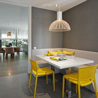 Imagen de comedor de cocina actual, de tamaño medio, con paredes grises, suelo gris y suelo de baldosas de cerámica