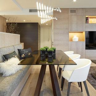 Foto di una sala da pranzo aperta verso il soggiorno minimal di medie dimensioni con pareti bianche, parquet chiaro e nessun camino