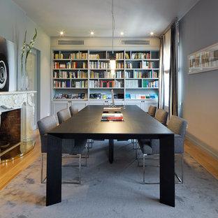 Diseño de comedor clásico renovado, de tamaño medio, cerrado, con paredes grises, suelo de madera en tonos medios y chimenea tradicional