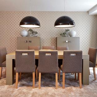 Diseño de comedor contemporáneo, de tamaño medio, abierto, sin chimenea, con paredes metalizadas y suelo de madera en tonos medios