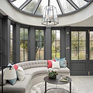 Immagine di una veranda classica con soffitto in vetro e pavimento beige