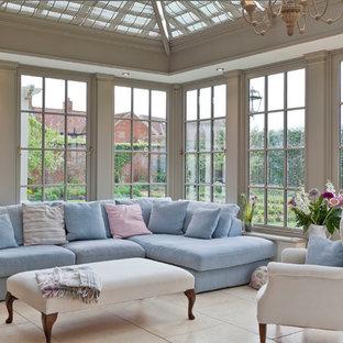 Immagine di una grande veranda tradizionale con soffitto in vetro