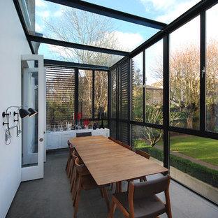 Imagen de galería contemporánea, grande, con techo de vidrio y suelo gris