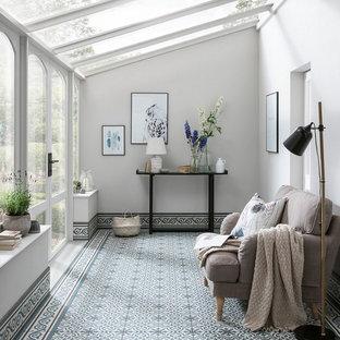 他の地域のトランジショナルスタイルのおしゃれなサンルーム (セラミックタイルの床、青い床、ガラス天井) の写真