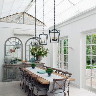 Idéer för mellanstora lantliga uterum, med glastak, grått golv och ljust trägolv