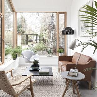 Moderner Wintergarten mit Betonboden, normaler Decke und grauem Boden in Dublin