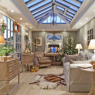 Foto di una veranda chic di medie dimensioni con pavimento in travertino, lucernario e pavimento beige
