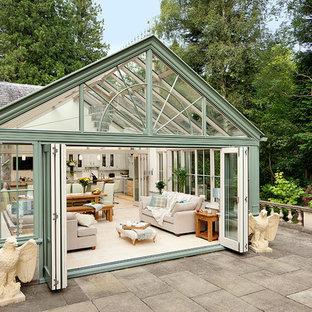 Immagine di una grande veranda classica con pavimento in travertino