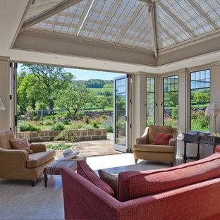 Ispirazione per una grande veranda tradizionale con pavimento in travertino, nessun camino e soffitto in vetro