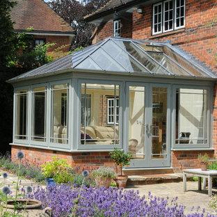 Idee per una veranda tradizionale con nessun camino e soffitto in vetro