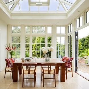 Exemple d'une véranda chic de taille moyenne avec un sol en marbre, un sol beige et un plafond en verre.