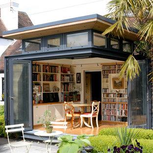 Foto di una piccola veranda minimal con parquet chiaro e nessun camino