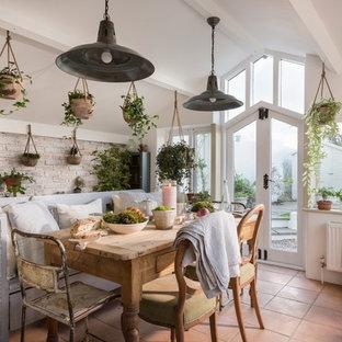 Inspiration pour une véranda style shabby chic avec un sol en carreau de terre cuite, un plafond standard et un sol rouge.