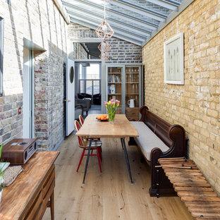 Idée de décoration pour une véranda bohème de taille moyenne avec un sol en bois clair, un sol beige, aucune cheminée et un plafond en verre.