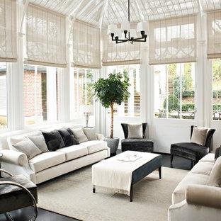 Idéer för ett klassiskt uterum, med glastak och grått golv