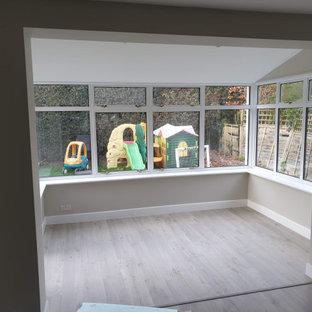 Cette photo montre une véranda moderne avec sol en stratifié, un plafond standard et un sol gris.