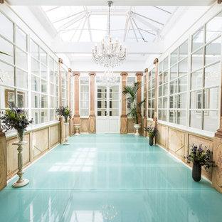 Ejemplo de galería tradicional, grande, con techo con claraboya