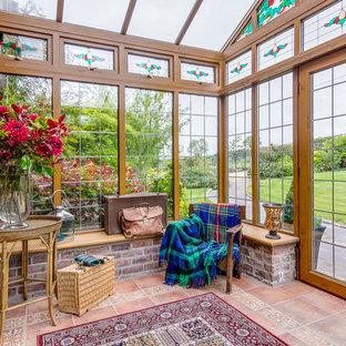 Idéer för att renovera ett lantligt uterum, med klinkergolv i terrakotta och glastak
