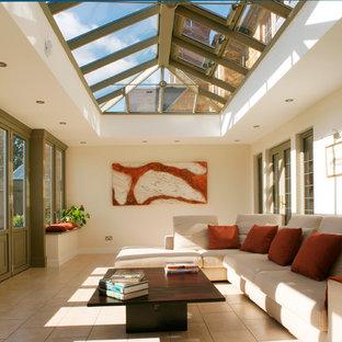 Modelo de galería tradicional, de tamaño medio, sin chimenea, con techo de vidrio, suelo de baldosas de cerámica y suelo beige
