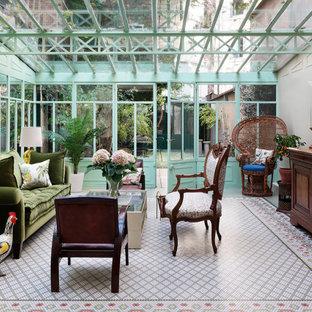 Idéer för eklektiska uterum, med glastak och flerfärgat golv