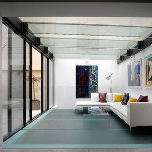 Inspiration pour une véranda design avec aucune cheminée, un plafond en verre et un sol turquoise.