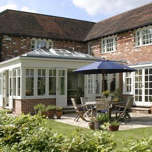 Immagine di una grande veranda chic