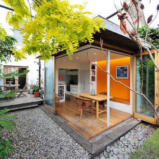 Foto på ett litet funkis uterum, med mellanmörkt trägolv och tak