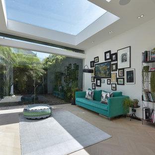 Inspiration för ett funkis uterum, med ljust trägolv, takfönster och beiget golv