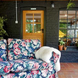 Foto di una veranda rustica di medie dimensioni con pavimento in terracotta, nessun camino, soffitto classico e pavimento rosso