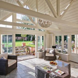 Inspiration för klassiska uterum, med tak och beiget golv