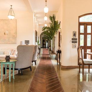 На фото: коридор в средиземноморском стиле с