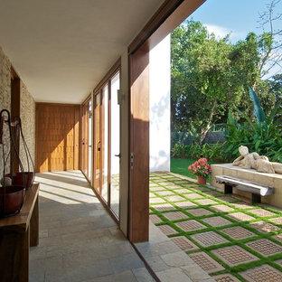 На фото: коридор в восточном стиле с серым полом