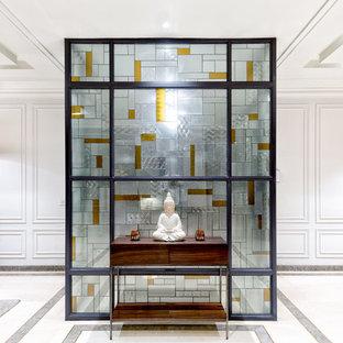 Modelo de recibidores y pasillos actuales con paredes blancas y suelo de mármol