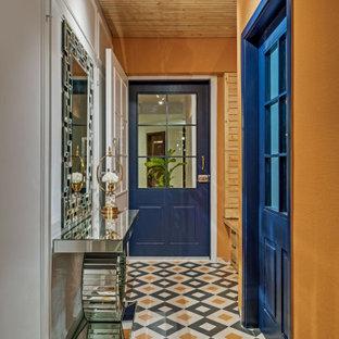 Ispirazione per un grande ingresso o corridoio contemporaneo con pareti arancioni, pavimento in gres porcellanato, pavimento multicolore, soffitto in legno e boiserie