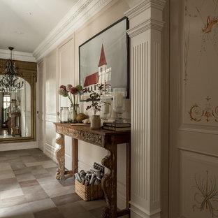 Idéer för en klassisk hall, med beige väggar och grått golv