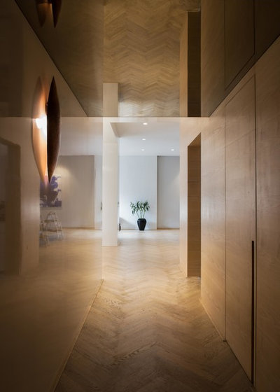 Contemporary Corridor by loc design house