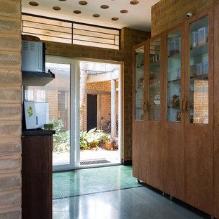 Cette photo montre un couloir avec un sol turquoise.