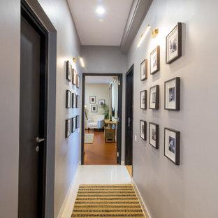 На фото: коридор в стиле модернизм с