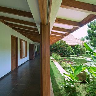 アフマダーバードのトロピカルスタイルのおしゃれな廊下の写真
