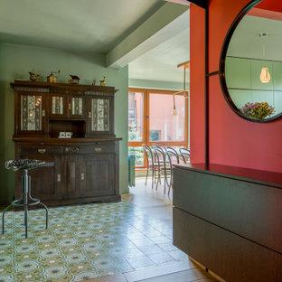 Idéer för att renovera en stor funkis hall, med röda väggar, ljust trägolv och brunt golv