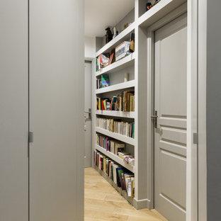 Cette photo montre un couloir tendance de taille moyenne avec un mur gris et un sol beige.