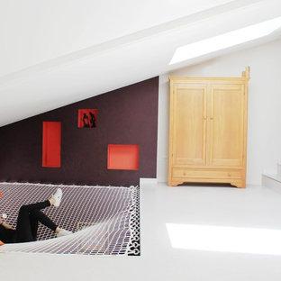 Idées déco pour un très grand couloir contemporain avec un mur blanc.