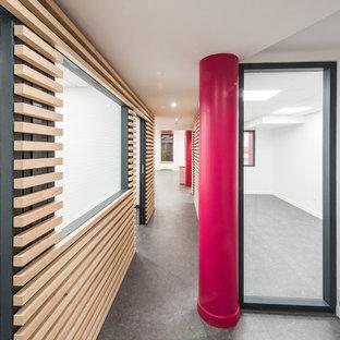 Свежая идея для дизайна: большой коридор в современном стиле с полом из линолеума, серым полом и белыми стенами - отличное фото интерьера