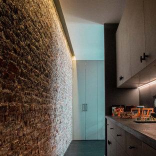 Пример оригинального дизайна: коридор среднего размера в современном стиле с синими стенами, деревянным полом, черным полом и кирпичными стенами