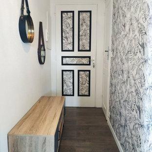 Идея дизайна: маленький коридор в морском стиле с паркетным полом среднего тона, коричневым полом и белыми стенами