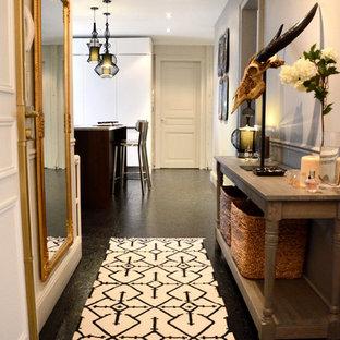 Inspiration pour un grand couloir design avec un mur blanc.