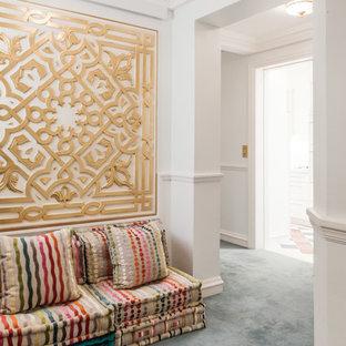 Exotisk inredning av en mellanstor hall, med vita väggar och heltäckningsmatta